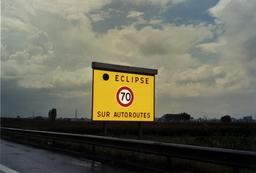 Panneau de signalisation pendant l'éclipse solaire de 1999. Source : http://data.abuledu.org/URI/550cc314-panneau-de-signalisation-pendant-l-eclipse-solaire-de-1999