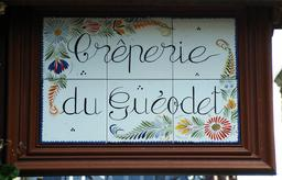 Panneau en faïence de Quimper. Source : http://data.abuledu.org/URI/58588986-panneau-en-faience-de-quimper