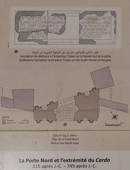 Panneau informatif sur la porte nord et l'extrémité nord du Cardo à Jerash. Source : http://data.abuledu.org/URI/54b52845-panneau-informatif-sur-la-porte-nord-et-l-extremite-nord-du-cardo-a-jerash