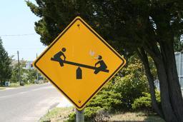 Panneau signalant une balançoire. Source : http://data.abuledu.org/URI/53146e9a-panneau-signalant-une-balancoire