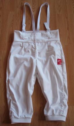 Pantalon d'escrime à bretelles. Source : http://data.abuledu.org/URI/50fd5475-pantalon-d-escrime-a-bretelles
