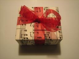 Paquet cadeau. Source : http://data.abuledu.org/URI/531c2935-paquet-cadeau