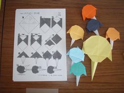 Parachute en origami. Source : http://data.abuledu.org/URI/52f2a144-parachute-en-origami