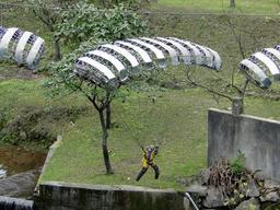 Parachutisme à Taïwan. Source : http://data.abuledu.org/URI/5399cd74-parachutisme-a-taiwan