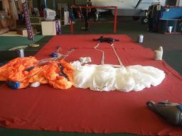 Parachutisme de secours - 1. Source : http://data.abuledu.org/URI/5399a916-parachutisme-de-secours-1