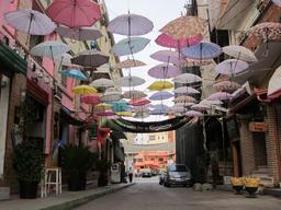 Parapluies suspendus en Albanie. Source : http://data.abuledu.org/URI/539a2062-parapluies-suspendus-en-albanie