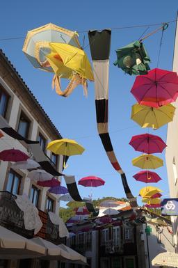 Parasols suspendus à Vila Nova de Cerveira au Portugal. Source : http://data.abuledu.org/URI/55071c3a-parasols-suspendus-a-vila-nova-de-cerveira-au-portugal