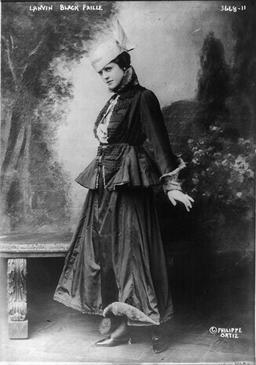 Parisienne à la mode Lanvin en 1915. Source : http://data.abuledu.org/URI/58607c0e-parisienne-a-la-mode-lanvin-en-1915