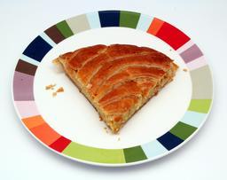 Part de galette des rois sur une assiette. Source : http://data.abuledu.org/URI/522eeb36-part-de-galette-des-rois-sur-une-assiette