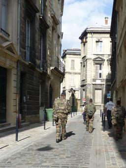 Patrouille dans les rues de Bordeaux. Source : http://data.abuledu.org/URI/5826ecaa-patrouille-dans-les-rues-de-bordeaux