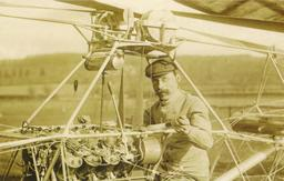 Paul Cornu et son hélicoptère en 1907. Source : http://data.abuledu.org/URI/537229df-paul-cornu