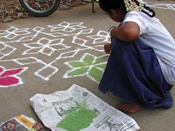 Peinture de kolam en Inde. Source : http://data.abuledu.org/URI/529fa509-peinture-de-kolam-en-inde