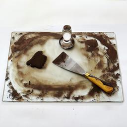 Peinture sur verre. Source : http://data.abuledu.org/URI/538670f3-peinture-sur-verre