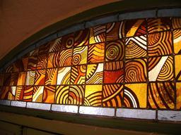 Peinture sur verre de vitrail contemporain. Source : http://data.abuledu.org/URI/52da632f-peinture-sur-verre-de-vitrail-contemporain