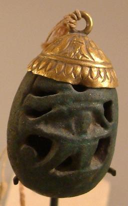 """Pendentif """"oeil-oudajt"""". Source : http://data.abuledu.org/URI/52ea6472-pendentif-oeil-oudajt-"""