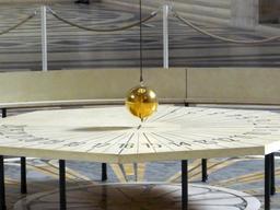Pendule de Foucault. Source : http://data.abuledu.org/URI/5656f4a9-pendule-de-foucault
