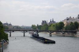 Péniche sur la Seine. Source : http://data.abuledu.org/URI/59090f4f-peniche-sur-la-seine