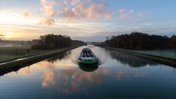 Péniche sur un canal à l'aube. Source : http://data.abuledu.org/URI/598d8315-peniche-sur-un-canal-a-l-aube