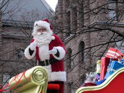 Père Noël en chariot. Source : http://data.abuledu.org/URI/58530349-pere-noel-en-chariot