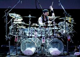 Performance du batteur Mike Portnoy. Source : http://data.abuledu.org/URI/5304e992-performance-du-batteur-mike-portnoy