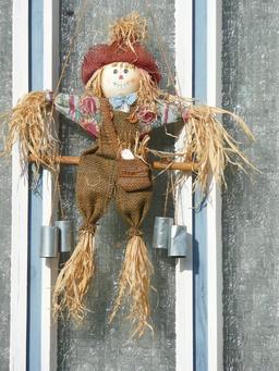 Petit épouvantail à la porte d'entrée. Source : http://data.abuledu.org/URI/520a6e0f-petit-epouvantail-a-la-porte-d-entree