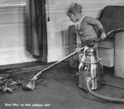 Petit garçon et aspirateur. Source : http://data.abuledu.org/URI/503a5cdc-petit-garcon-et-aspirateur