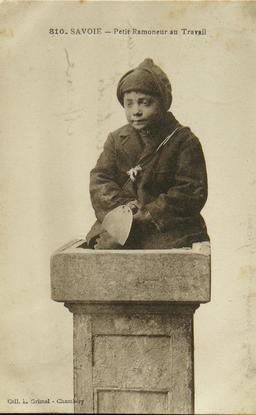 Petit ramoneur de cheminée en Savoie en 1910. Source : http://data.abuledu.org/URI/58c87d9f-petit-ramoneur-de-cheminee-en-savoie-en-1910