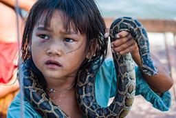 Petite cambodgienne au serpent. Source : http://data.abuledu.org/URI/58c8810e-petite-cambodgienne-au-serpent