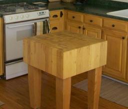 Petite table carrée de cuisine. Source : http://data.abuledu.org/URI/50ff2108-petite-table-carree-de-cuisine