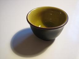 Petite tasse noire et verte. Source : http://data.abuledu.org/URI/50183792-petite-tasse-noire-et-verte