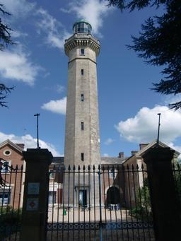 Ancien phare de Fatouville-Grestain sur l'estuaire de la Seine. Source : http://data.abuledu.org/URI/535e27ac-phare-de-fatouville