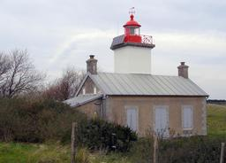 Ancien phare de la Pointe d'Agon dans la Manche. Source : http://data.abuledu.org/URI/537f5061-phare-de-la-pointe-d-agon