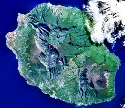 Photo satellite de l'île de La Réunion. Source : http://data.abuledu.org/URI/52192f9c-photo-satellite-de-l-ile-de-la-reunion