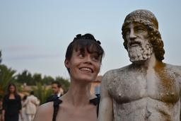 Pianiste et statue grecque. Source : http://data.abuledu.org/URI/5395e326-pianiste-et-statue-grecque