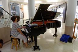 Piano à la fête de la musique 2016 à Belfort. Source : http://data.abuledu.org/URI/594b7d8b-piano-a-la-fete-de-la-musique-2016-a-belfort