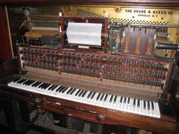 Piano mécanique à rouleau des années 1885. Source : http://data.abuledu.org/URI/53b5585a-piano-mecanique-a-rouleau-des-annees-1885