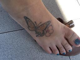 Pied droit féminin tatoué. Source : http://data.abuledu.org/URI/5398989e-pied-droit-feminin-tatoue