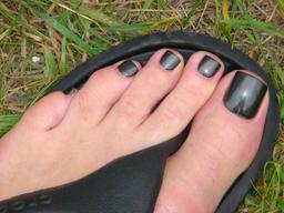 Pied gauche avec vernis à ongle noir. Source : http://data.abuledu.org/URI/53989002-pied-gauche-avec-vernis-a-ongle-noir