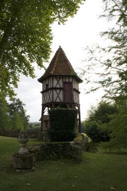 Pigeonnier sur pilotis du château de Fondat. Source : http://data.abuledu.org/URI/536b9679-pigeonnier-sur-pilotis-du-chateau-de-fondat