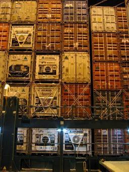 Pile de conteneurs sur un porte-conteneurs. Source : http://data.abuledu.org/URI/51166dbe-pile-de-conteneurs-sur-un-porte-conteneurs