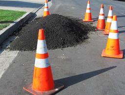 Asphalte en bord de rue. Source : http://data.abuledu.org/URI/5412108e-pile-of-asphalt-jpg