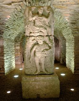 Pilier votif antique au musée de Dijon. Source : http://data.abuledu.org/URI/56cf94b6-pilier-votif-antique-au-musee-de-dijon