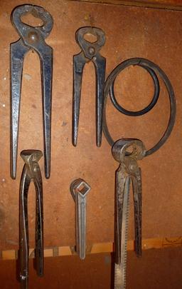 Pinces et outils suspendus. Source : http://data.abuledu.org/URI/53a9b000-pinces-et-outils-suspendus