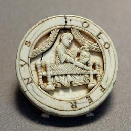 Pion de tric-trac en ivoire. Source : http://data.abuledu.org/URI/50fb06d3-pion-de-tric-trac-en-ivoire