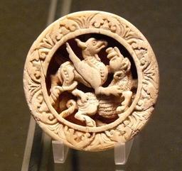 Pion de tric-trac en ivoire de morse. Source : http://data.abuledu.org/URI/50fb031c-pion-de-tric-trac-en-ivoire-de-morse