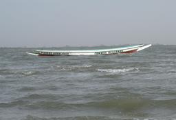 Pirogue ambulance au Sénégal. Source : http://data.abuledu.org/URI/530cf186-pirogue-ambulance-au-senegal