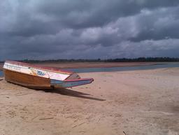 Pirogue sénégalaise sur la plage. Source : http://data.abuledu.org/URI/54935cfc-pirogue-senegalaise-sur-la-plage