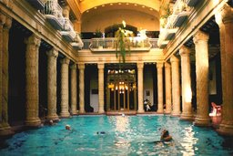 Piscine à Budapest. Source : http://data.abuledu.org/URI/501efe2a-piscine-a-budapest
