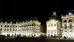 Place de la Bourse à Bordeaux de nuit. Source : http://data.abuledu.org/URI/553c4512-place-de-la-bourse-a-bordeaux-de-nuit