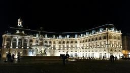 Place de la Bourse à Bordeaux de nuit. Source : http://data.abuledu.org/URI/553c455f-place-de-la-bourse-a-bordeaux-de-nuit